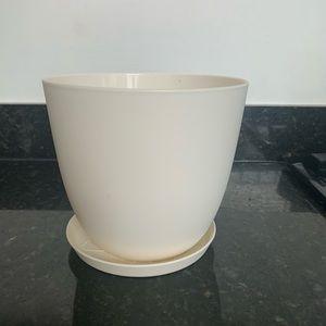 Simple flower pot - sturdy plastic (cream/white)